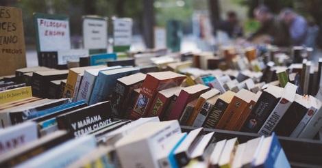 Könyvesbolt polcai